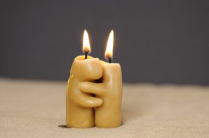 Kerzen greifen ineinander